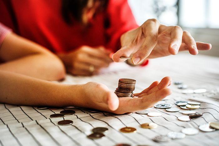 Regatear sobre quién paga la cuenta